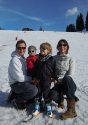 Family-skiing-in-Les-Gets
