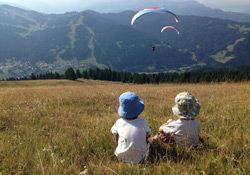 Watching-parapente-over-Les-Gets